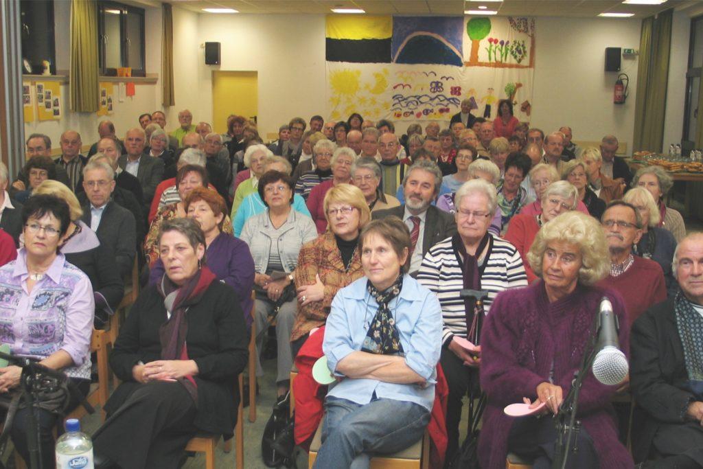 Etwa 100 Besucher kamen am 3. November 2010 zur Gründungsversammlung des Netzwerkes ins Gemeindehaus an der Kempkesstege.