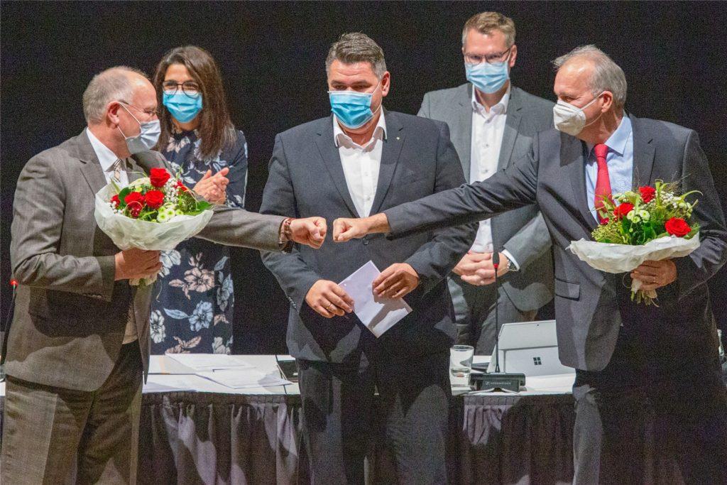 Martin Wiggermann (SPD, rechts) und Wilhelm Jasperneite (CDU, links) wurden in der konstituierenden Sitzung des Kreistags zu den beiden Stellvertretern von Landrat Mario Löhr (SPD, Mitte) gewählt.