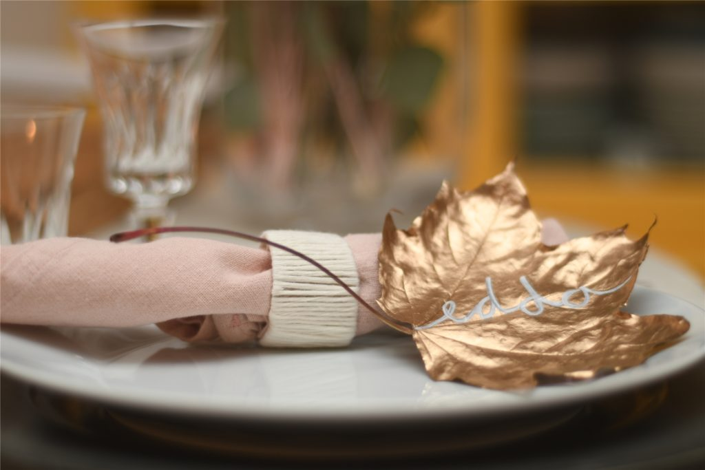 Platzkärtchen aus Laub, sind super leicht selbst gemacht. Sie brauchen nur Laub, Sprühlack in gold und einen weißen Lackstift.