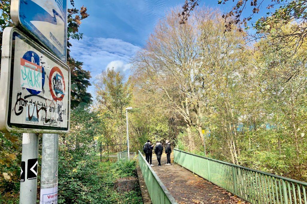 Der Weg vom Schulzentrum zum Hallenbad: Das Gelände ist schlecht zu überblicken.