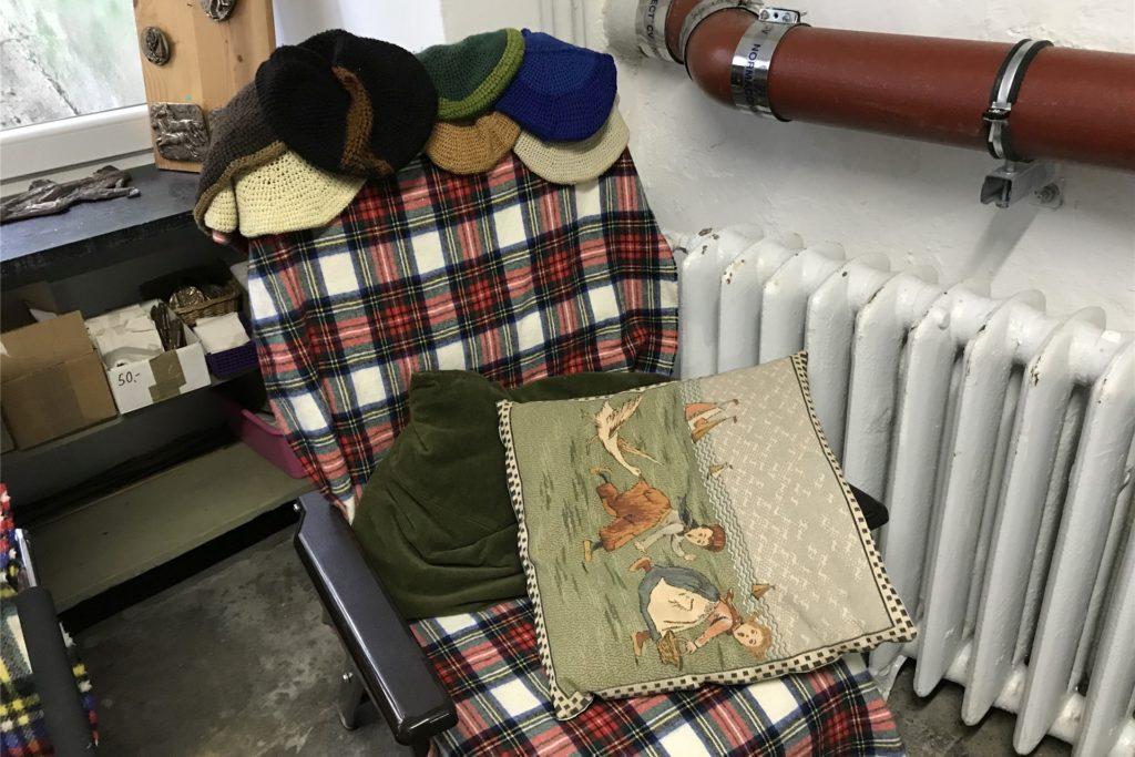 In diesem Sessel hat Dorstens Ehrenbürgerin Schwester Paula gerne gesessen. Die Baretts. die sie als Kopfbedeckung trugt, sind noch auf ihrem Platz.