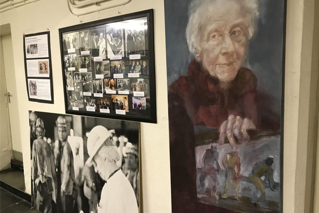 Bilder, Gemälde und andere Dokumente sind an einer Atelier-Wand ausgestellt.