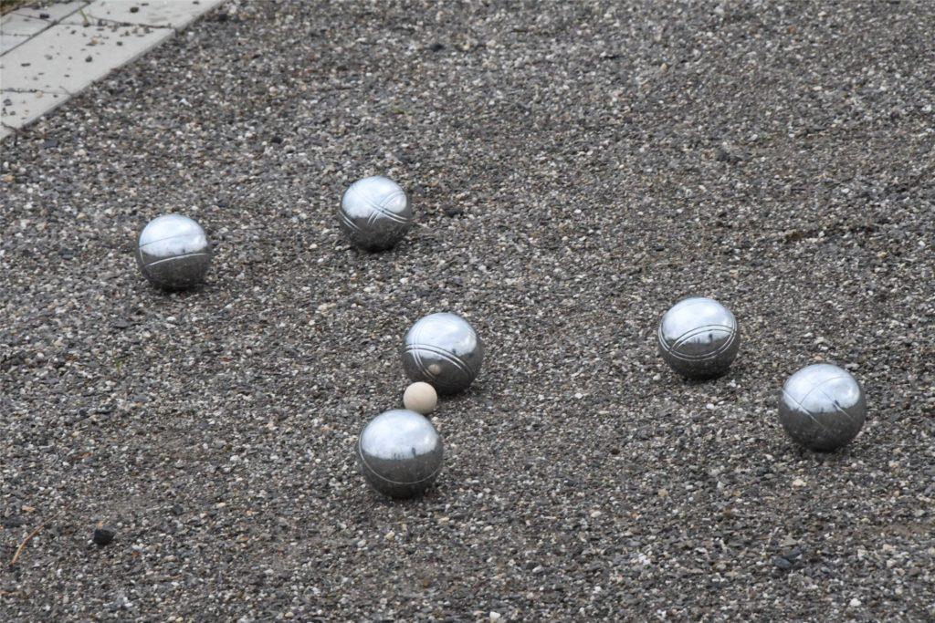 Ein tolles Ergebnis: Die Silberkugeln sind nah an der kleinen Kugel.