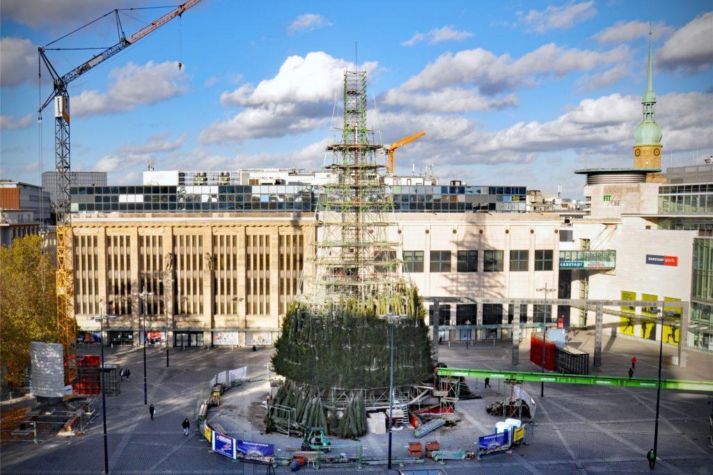 Fast zur Hälfte war der Riesen-Weihnachtsbaum in Dortmunds City bereits fertig, als die Entscheidung über seinen Rückbau fiel.