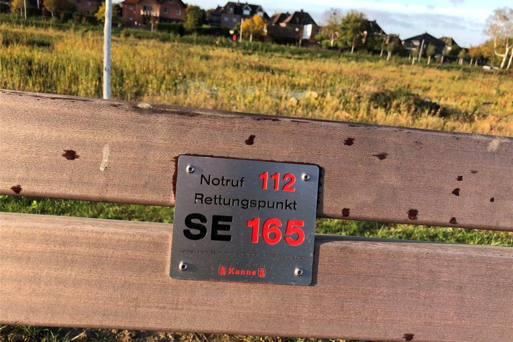 Der Heimatverein Selm hat an den Bänken im Auenpark Schilder angebracht, die die Bänke als Notfallpunkte ausweisen.