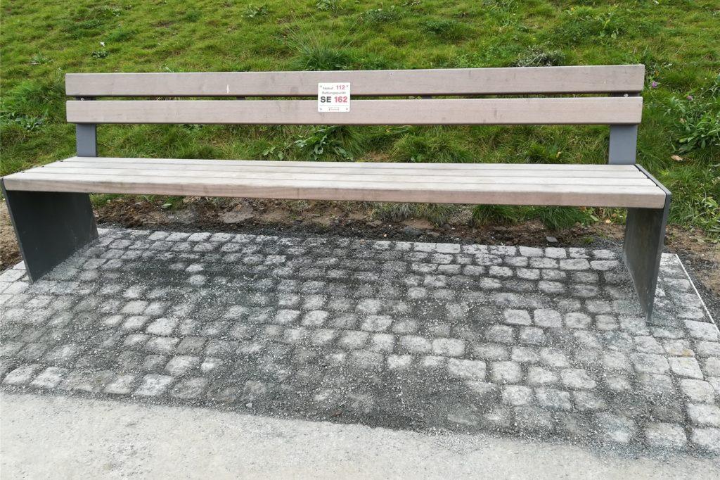 Bänke im Auenpark wurden mit Natursteinen unterfüttert.