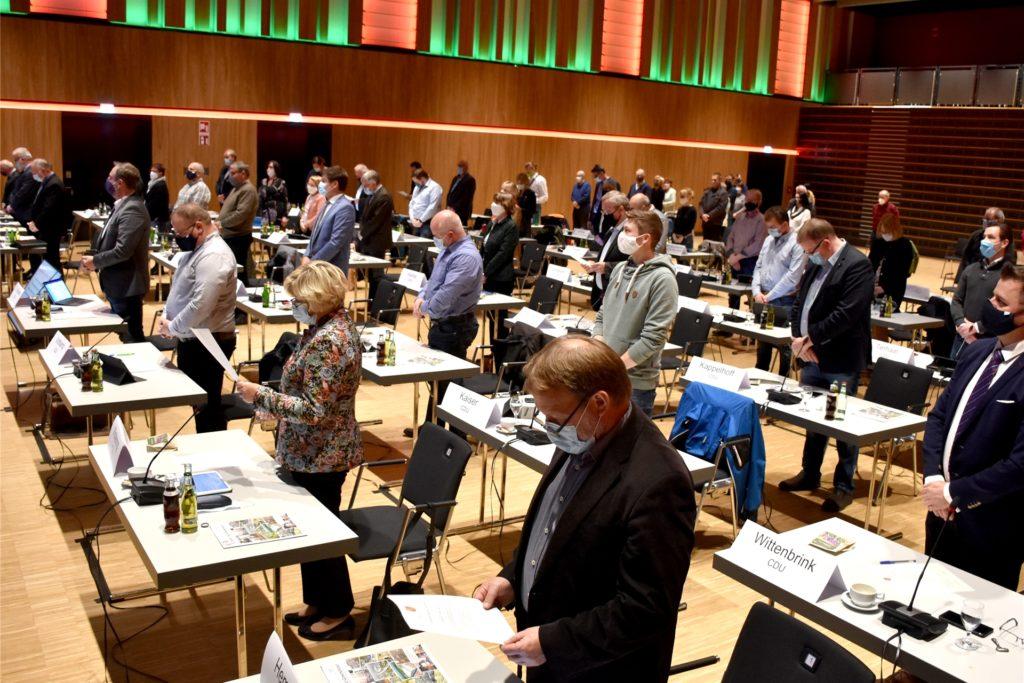Ihren Eid haben am Mittwochabend die 42 Mitglieder des neuen Rates abgelegt. Damit beginnt die fünfjährige Ratsperiode. Schon in der ersten Sitzung wurde teils mit scharfen Bemerkungen diskutiert. Mit ihren Vorschlägen konnte sich die UWG – zweitstärkste Kraft im Rat aber nicht durchsetzen.