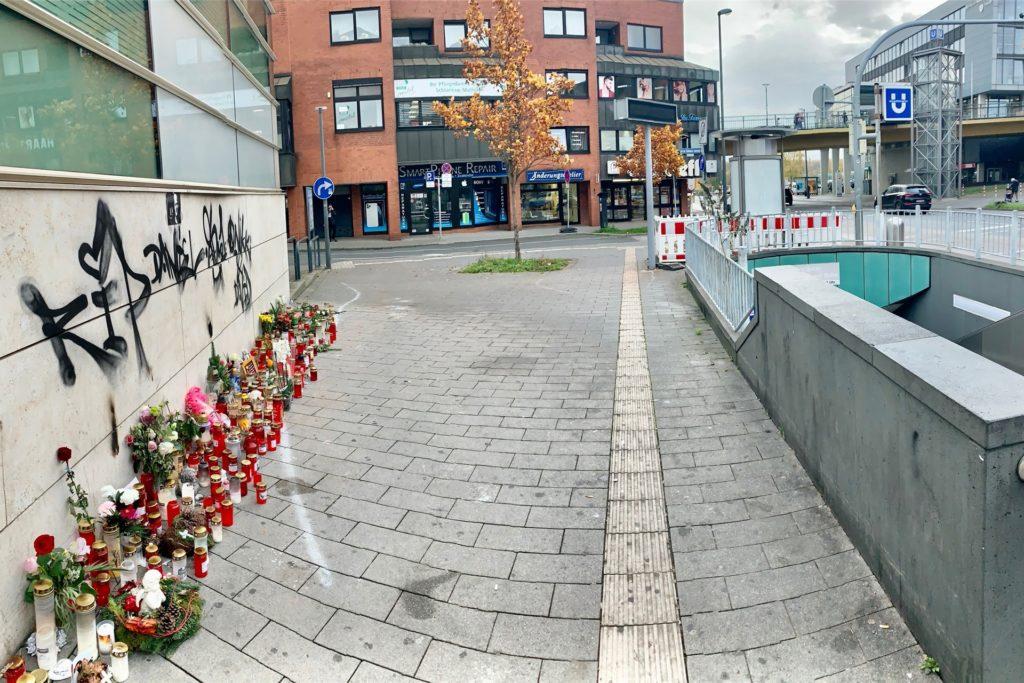Immer noch stehen Kerzen an der Stelle, an der Daniel S. tödlich verletzt wurde. Im Hintergrund ist die Brücke zu sehen.