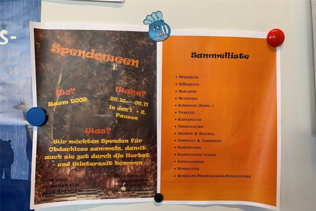 """Die """"Spendoween""""-Flyer hängen in dem Lehrerzimmer aus."""