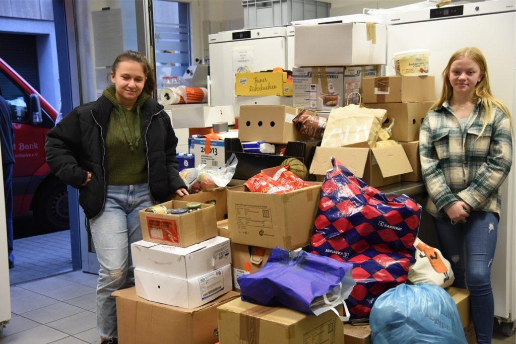 Georgia und Ilka haben dem Gasthaus statt Bank 37 Kartons mit Spenden übergeben.