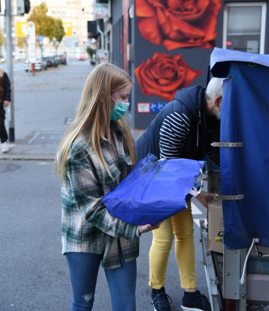 Ilka hilft beim Ausräumen der Spenden.