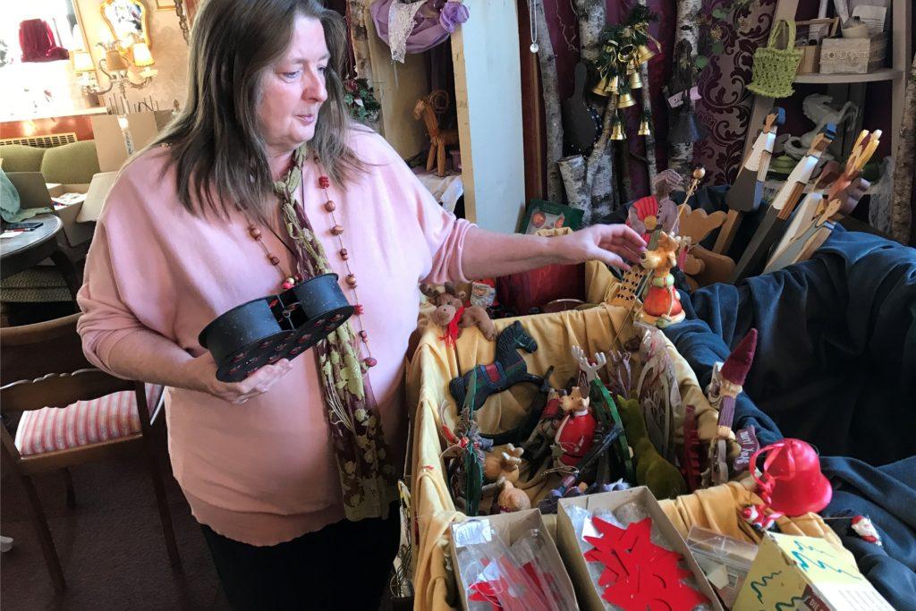 """Martina Lippert bereitet mit ihrem Verein """"Von Menschen - für Menschen"""" nicht nur den Hausverkauf, sondern auch einen Weihnachtsdeko-Verkauf vor."""