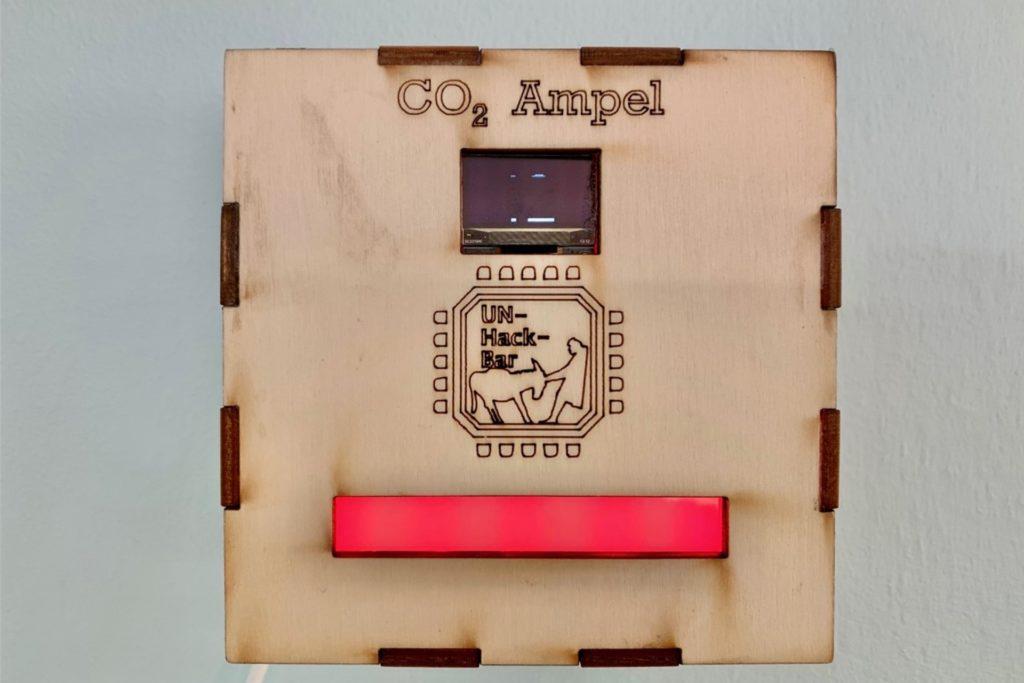 Die CO2-Ampel ist ein Sperrholzkasten mit modernster Technik.