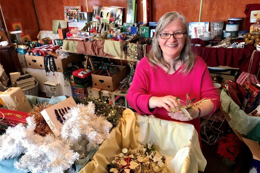 """Sigrid Alexi gehört zum Team des Vereins """"Von Menschen - für Menschen"""", der ab Montag, 16. November, Weihnachtsdeko verkauft."""