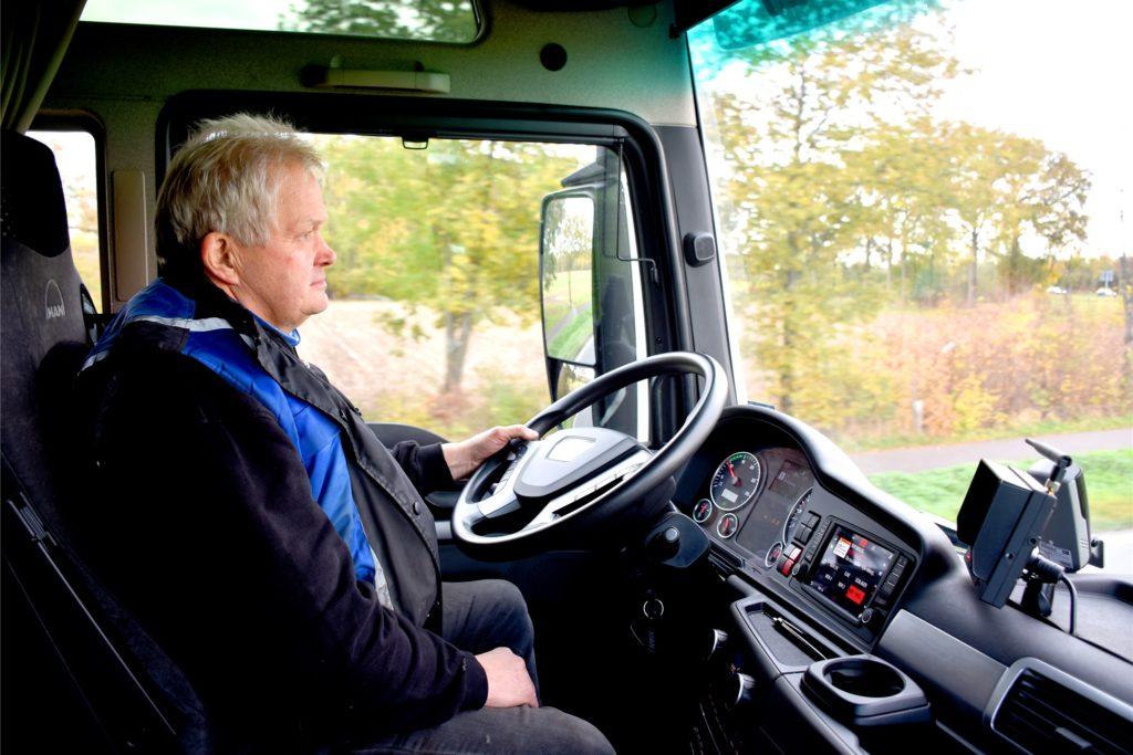 Franz-Josef Dues (64) ist gerne mit dem langen Lkw unterwegs.