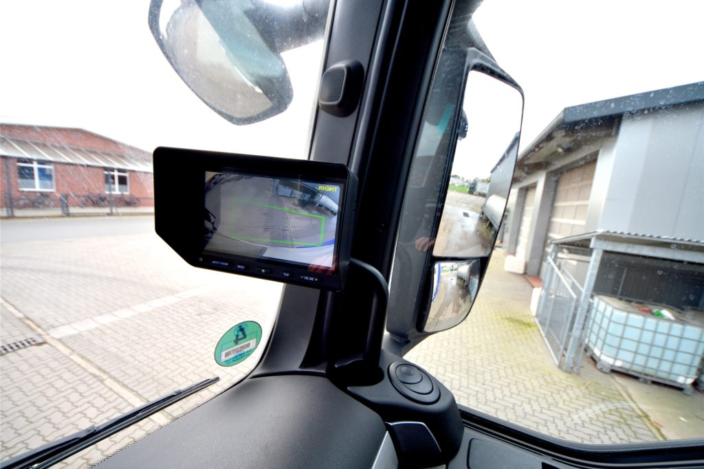 Spiegel und Abbiegeassistent sorgen für Übersicht und Sicherheit.
