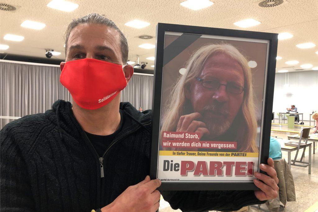Matthias Storkebaum (Die Linke) erinnerte mit einem Foto an das verstorbene Mitglied der