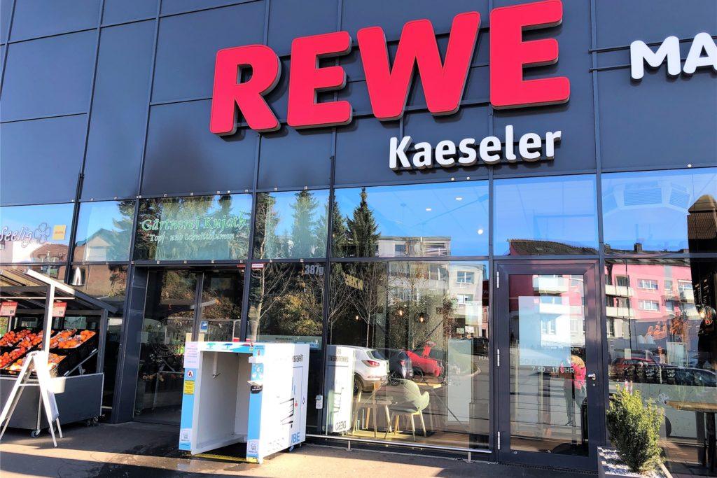 Der Rewe-Markt in Bövinghausen ist der einzige im Dortmunder Westen, wo Einkaufswagen vor dem nächsten Einkauf duschen können.