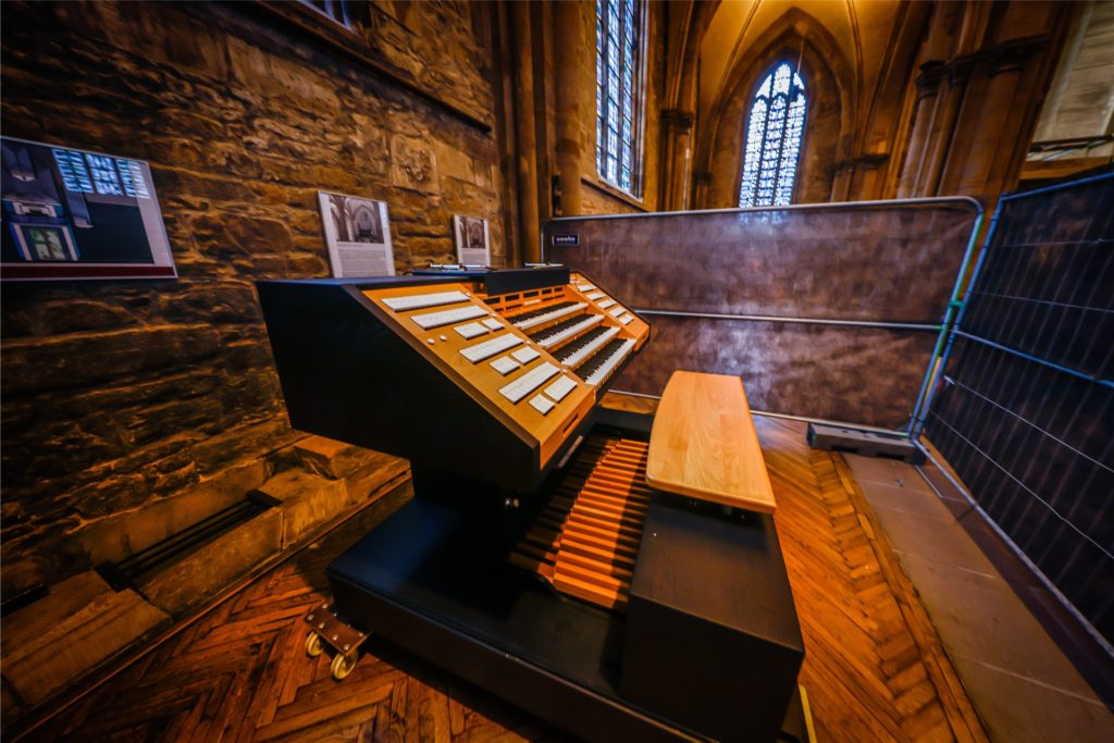 Über den elektronischen Spieltisch kann künftig die zweiteilige Orgelanlage gesteuert werden.