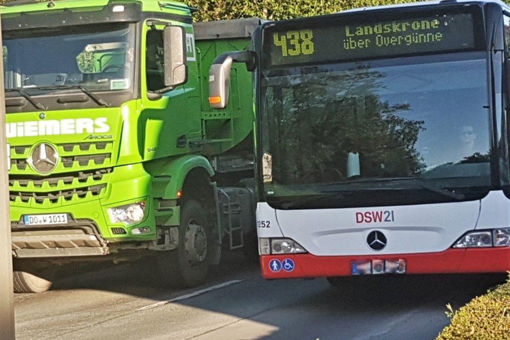 Bus und Lkw passen nicht aneinander vorbei. Hier überholt der Bus auf der Gegenspur und nutzt dafür den Gehweg mit.