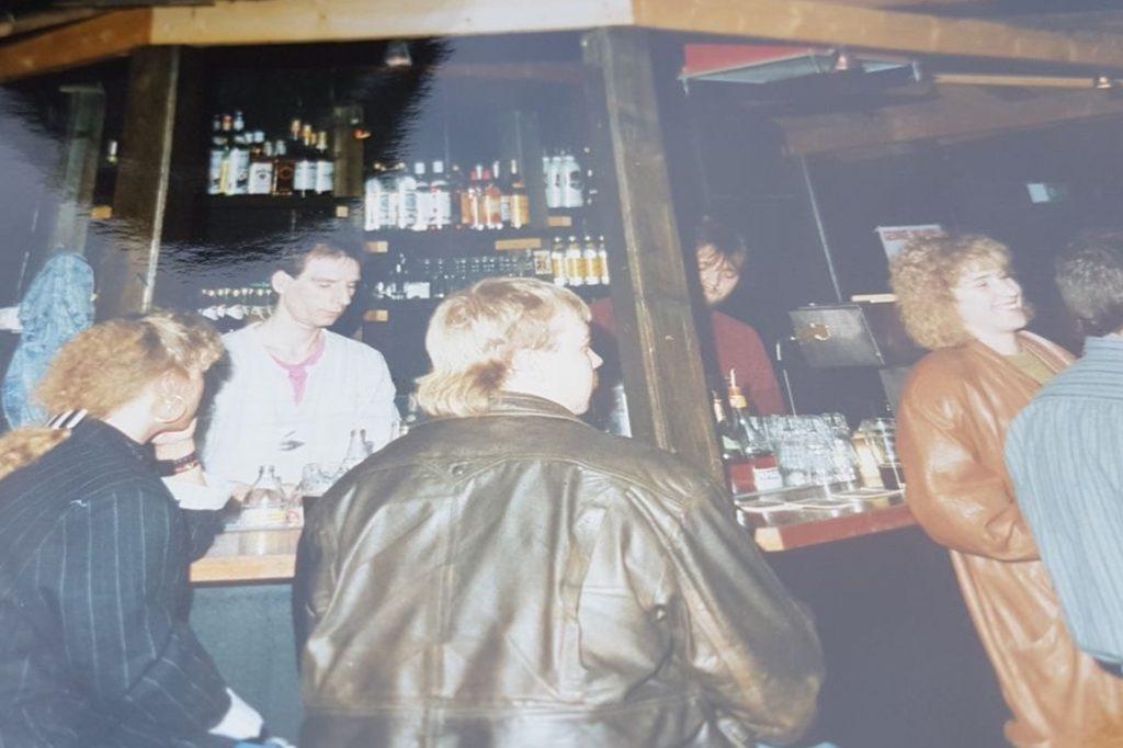 Ein Foto aus alten Zeiten: Ulrich Ruttert steht links hinter der Theke.