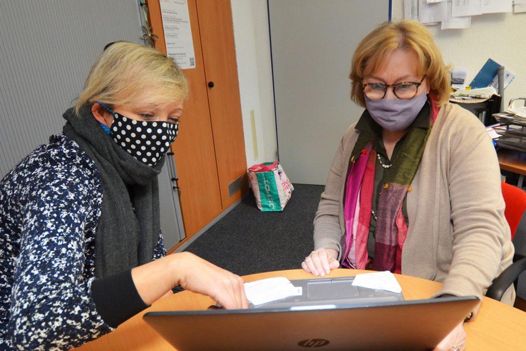 Lehrerin Irina Werdelmann (l.) informiert Schulleiterin Christel Stegemann über den aktuellen Stand des digitalisierten Tutoren-Projektes.