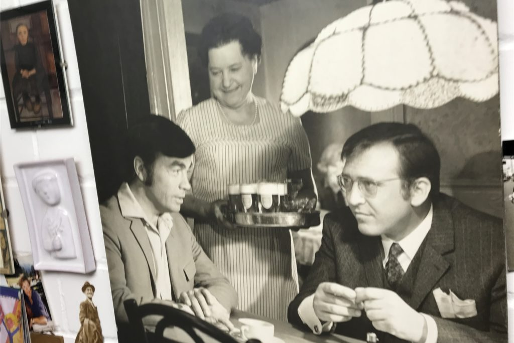 Ein Foto aus Helmut Orwats Arbeitsraum: Hier hängt ein Szenenfoto mit Claus Biederstaedt in einer Szene aus dem Schwarze-Film