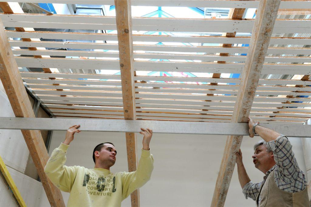 Nicht nur an den Wänden, sondern auch an den Decken kommen Trockenbaukonstruktionen zum Einsatz.
