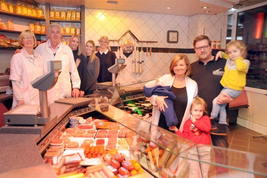Die Familie Wilkes (l.) übergibt ihre traditionsreiche Metzgerei zum 1. März 2021 an die Familie Rafalcik (r.) aus Fröndenberg.