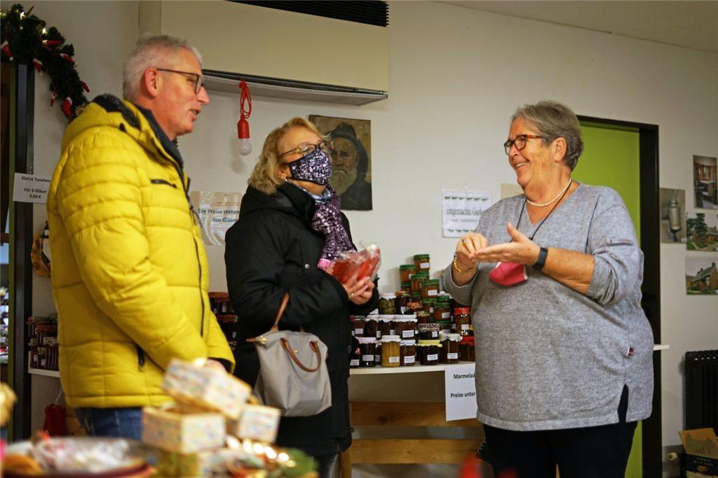 Ulrike Beckering freut sich auf Kundschaft - natürlich kann auch im Weihnachtslädchen nur unter Corona-Hygieneregeln eingekauft werden.