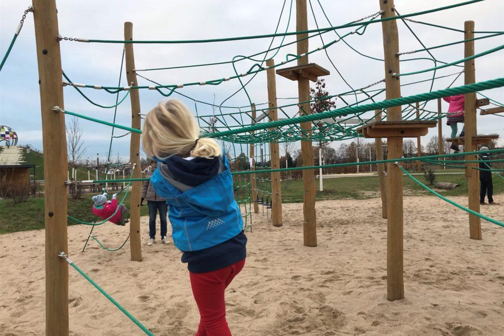 Der Spielpatz ist ein beliebtes Ziel im Auenpark - umso problematischer, dass dringende Bedürfnisse der Gäste derzeit nicht erledigt werden können.