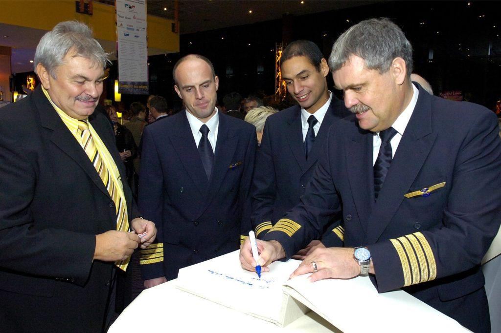 Der damalige Stadt-Pressesprecher Reinhold Urner (l.) mit der Crew des Airbus