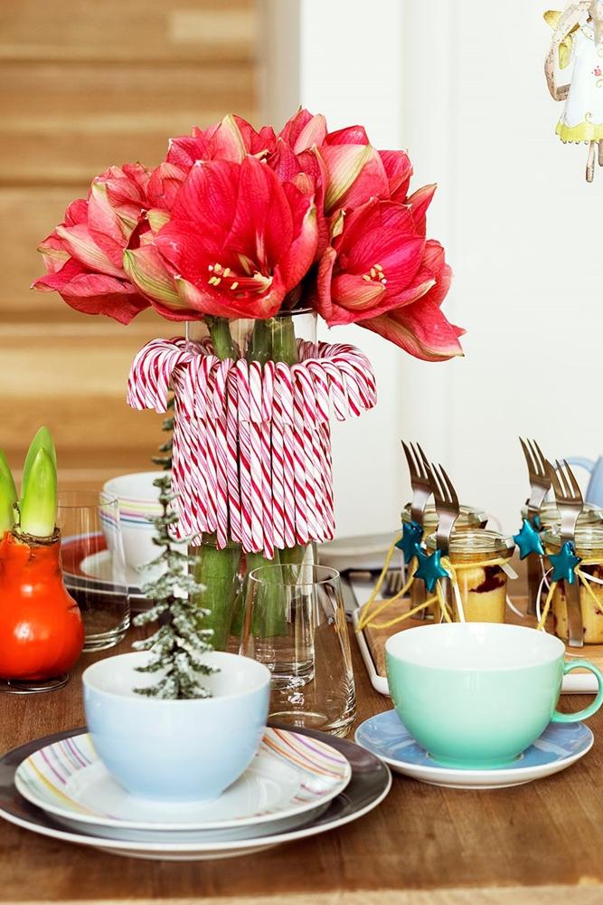 Kaufen Sie die Blumen-Deko für Ihren Adventskaffee etwa fünf Tage vorher, damit sie in voller Pracht blüht.