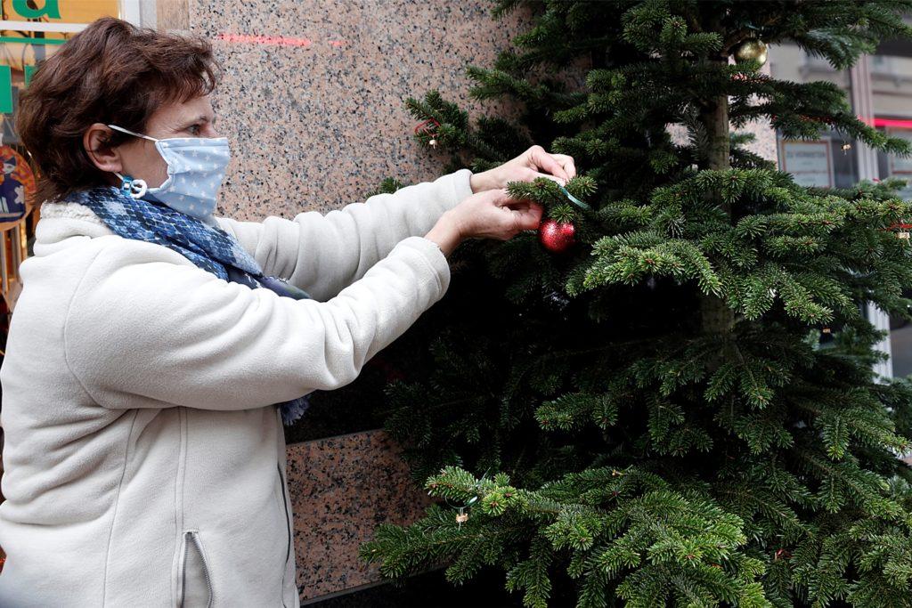 Gisela Reinke hat vor ihrem Geschäft Aroma und Natur an der Merschstraße neue Kugeln aufgehängt.