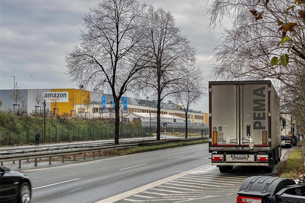 Direkt gegenüber von den auf dem Randstreifen falsch parkenden Lkw an der Brackeler Straße liegt das Logistikzentrum von Amazon in Dortmund