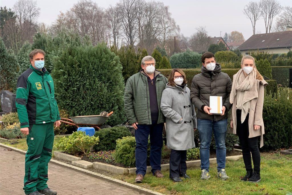 Sind ab Januar für den Friedhof St. Marien zuständig: Norbert und Andrea Baasner (2.u.3.v.l.) mit Fabian Baasner und Charlotte Waskönig. Dieter Flehr (l.) wird als Friedhofsgärtner tätig sein.