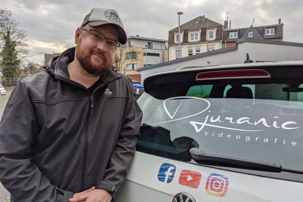 Sascha Djuranic macht auf seinem Auto Werbung für sein Videografie-Angebot.
