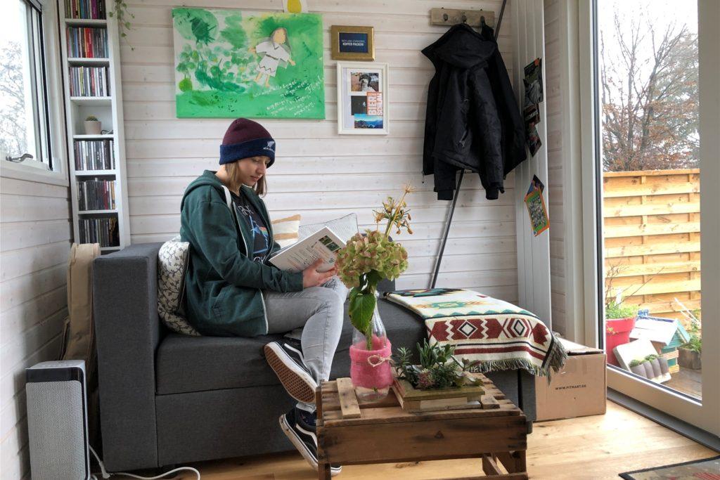 Alles was ein Wohnzimmer braucht: Hier liest Kathi Wilmer gerne ein Buch oder übt auf dem Saxofon.