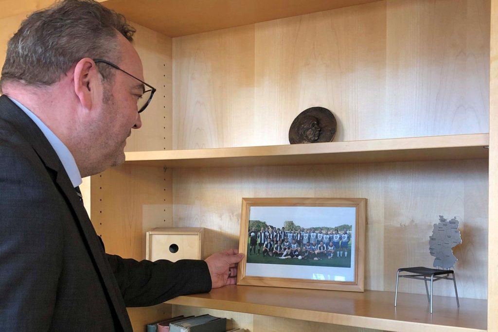 Erinnerungen, die Bodo Klimpel aus Haltern mitgebracht hat: Ein Foto vom Fußballspiel Stadtverwaltung gegen Presse in der Stauseekampfbahn und ein Miniatur-Deutschlandstuhl.