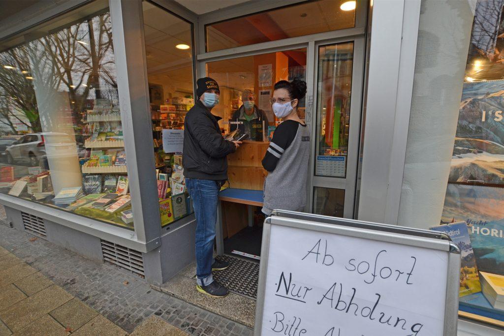Die Leselust boomt wegen des Winters und wegen Corona. Derzeit gibt es in der Buchhandlung am Amtshaus immerhin einen Bestell- und Abholservice.