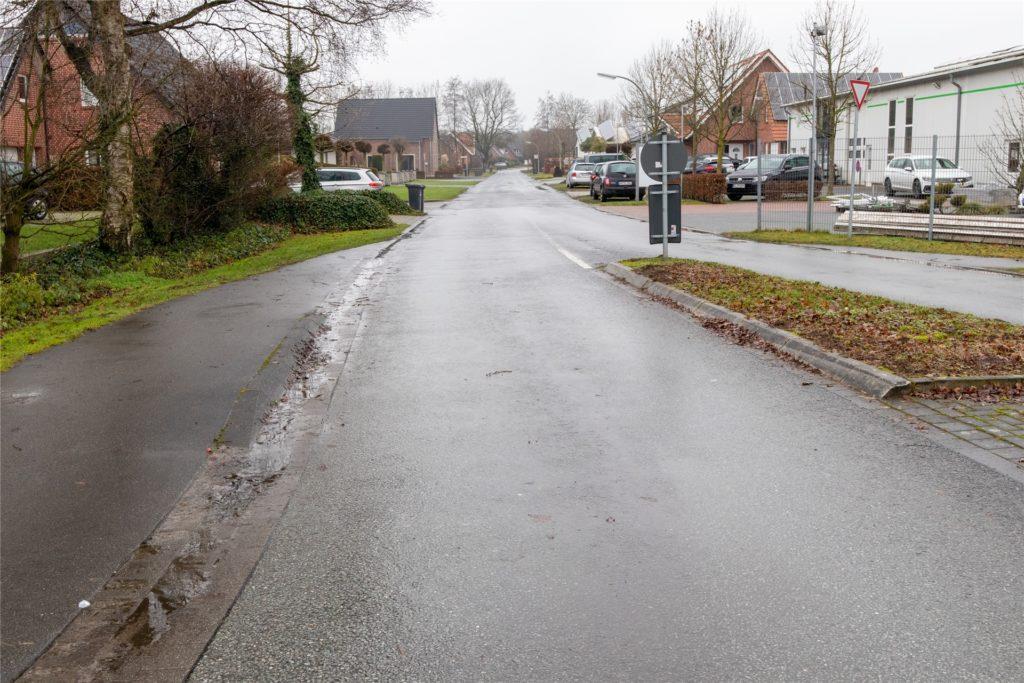 Derzeit gibt es auf dem Teilabschnitt weder Fußwege noch Regenabflüsse. Das soll sich mit dem Endausbau ändern.