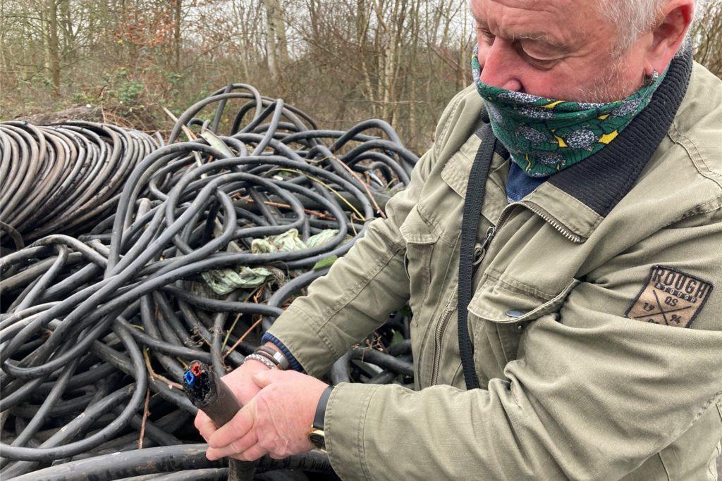Reiner Schramowski von der Siedlergemeinschaft Deusen hat Ende Dezember mehrere große Müllberge in Dortmund gefunden. Sie liegen auch noch im Januar 2021 an Ort und Stelle.