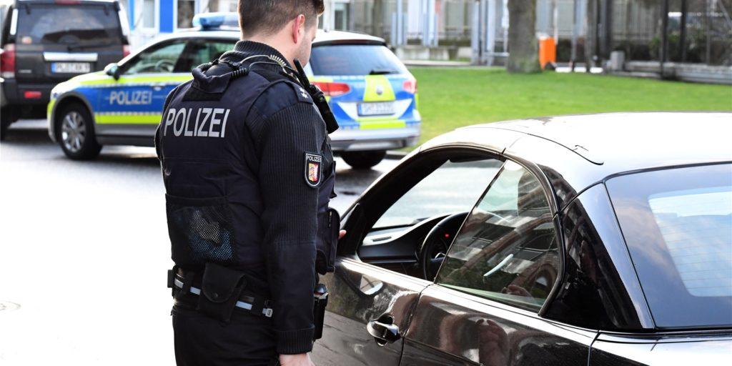 Polizeibeamte kontrollierten den stark alkoholisierten Autofahrer am Freitag (8. Januar) morgens in Vreden (Symbolbild).