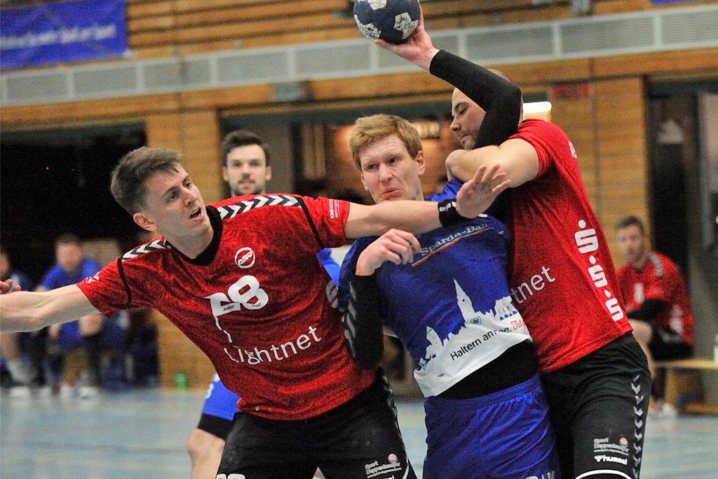 Im vergangenen Jahr spielte David Spiekermann (l.) noch vornehmlich bei der zweiten Mannschaft des ASV Hamm-Westfalen. In der Liga traf er auch auf Julian Schrief (M.) und den HSC Haltern-Sythen.