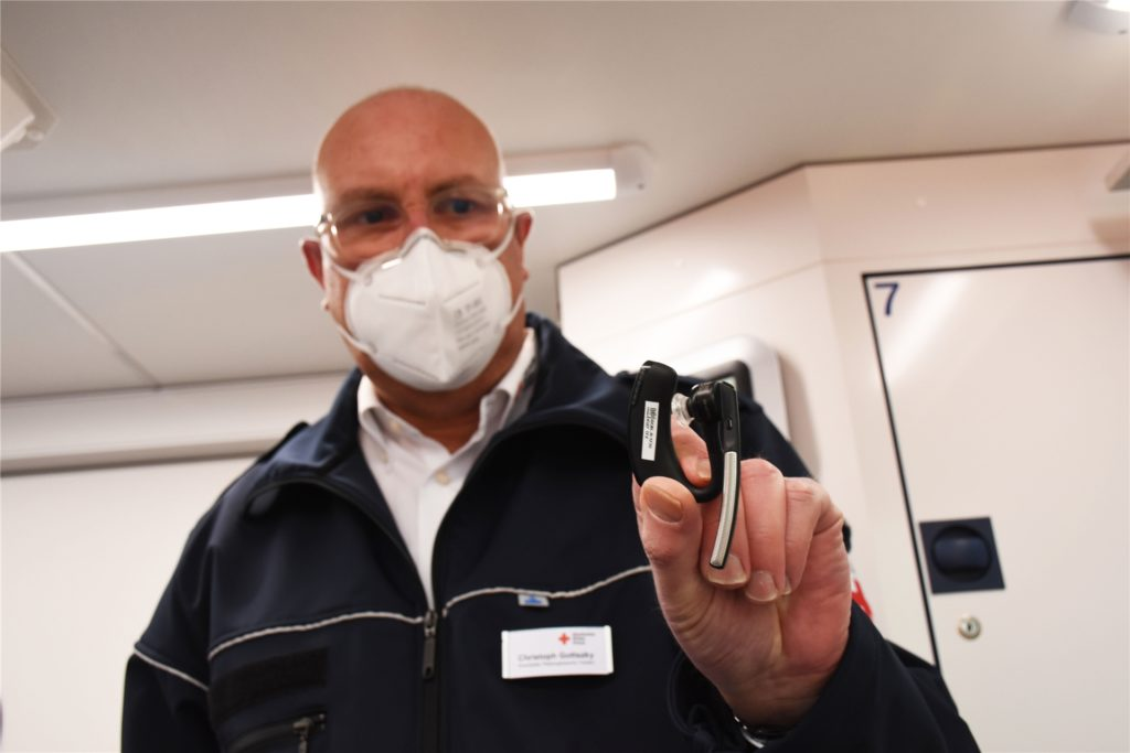 Christoph Gottszky, Leiter der Rettungswache Vreden, zeigt das Headset, mit dem die Sanitäter mit dem Telenotarzt kommunizieren.