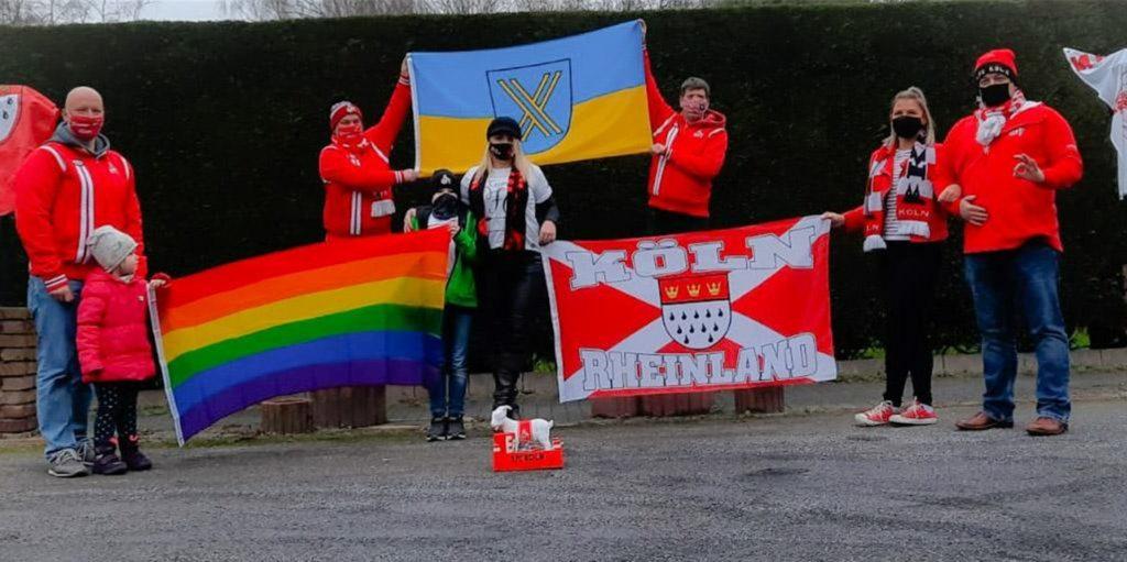 Mit Regenbogen-Fahne, Köln-Fahne und Castrop-Rauxel-Fahne haben Castrop-Rauxeler 1.FC-Köln-Fans für Vielfalt demonstriert.