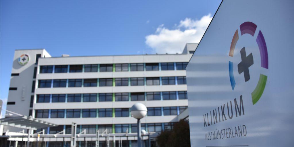 Im St. Marienkrankenhaus Ahaus werden ab Dienstag Mitarbeiter des Klinikums Westmünsterland aus den Standorten in Ahaus, Stadtlohn und Vreden zentral geimpft. Parallel beginnen die Impfungen in Bocholt. Im Borkener St.-Marien-Hospital sollen die Impfungen am Donnerstag beginnen.