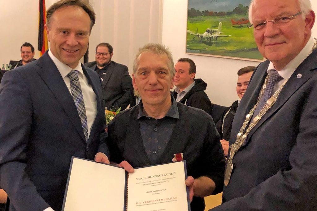 Norbert Vos (Mitte) ist im Januar 2020 mit der Verdienstmedaille des Verdienstordens der Bundesrepublik Deutschland ausgezeichnet worden. Landrat Dr. Kai Zwicker (l.) überreichte die Auszeichnung im Beisein des damaligen Bürgermeisters Helmut Könning (r.).