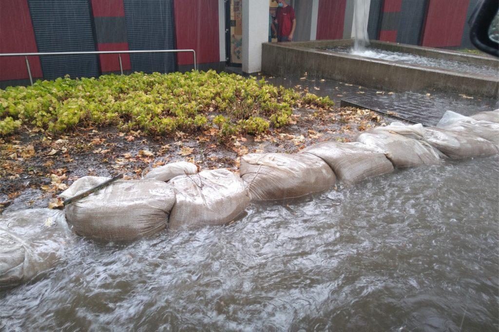 Im Januar 2021 liegen die Säcke trocken am Stortsweg. Letztes Jahr staute sich das Wasser von der Barriere, die aber die Wassermassen letztlich nicht aufhalten konnte.
