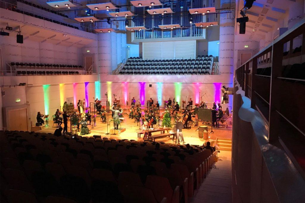 """Stimmungsvolle Bühne, leere Zuschauerränge: Die Dortmunder Philharmoniker bei den Aufnahmen zu """"Das kalte Herz""""."""